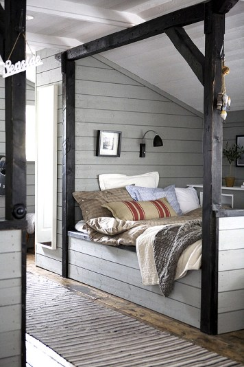 A rustic relaxed bedroom in a Swedish seaside cabin on afflante.com