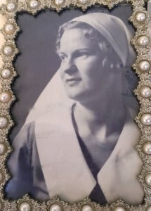 Bon Gordon Served as a Nurse in WW2 in New Guinea