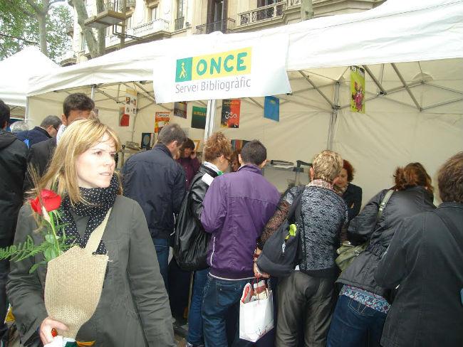 L'ONCE Catalunya exposa una mostra de llibres i materials accessibles amb motiu de la Diada de Sant Jordi