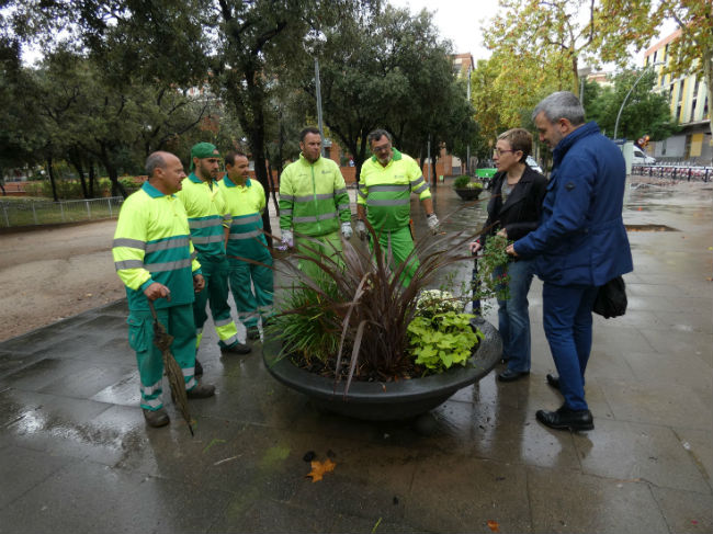 El regidor Jaume Collboni visita l'equip encarregat del manteniment de les jardineres de Barcelona