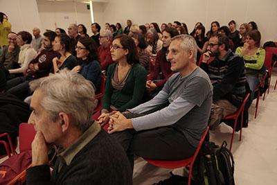A sobre, les guanyadores del Premi Barcelona en Curt, a sota vista del public a la sala d'actes de la Biblioteca. Fotografia de Miquel Perramon