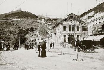 Vista de l'estació inferior del Funicular de Vallvidrera a principis del segle XX, segons una postal de l'època. A la imatge destacada, el mateix indret a l'actualitat. Fotografia de Javier Sardá