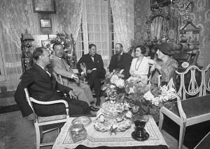 Reunió de la junta del Conferentia Club a la casa del carrer Muntaner, l'any 1930. D'esquerra a dreta: Carles Soldevila (escriptor), Nicolau M. Rubió i Tudurí (arquitecte), Pere Bosch i Gimpera (historiador), el Vescomte de Güell (empresari), Isabel Llorach i la Baronesa de Güell.  Fotografia cedida per Jordi Llorach