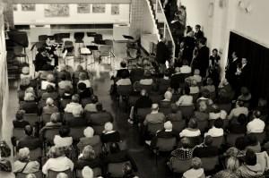 Final de la Simfonia 45 de Haydn, amb els músics sortint de l'escenari. A la imatge destacada, Òscar Alabau al violoncel i, en segon pla, el director Joan Pàmies. Fotografies de Javier Sardá