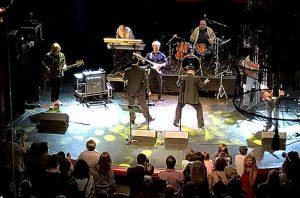 La banda dels Friends -group que acompanya els The Blues Brothers Tribut, a la festa de la Fundació Pare Manuel a la sala Luz de Gas. A la imatge destacada, Mònica Green. Fotografies de Carme