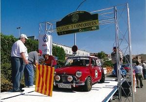 A dalt, a la fotografia en blanc i negre, la concentració de minis del juny de 1990 i, en color, un Rally del 2011, a Manresa. Fotografies cedides per Manuel Ruera