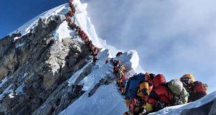 Alpinistas haciendo cola en Everest