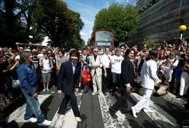 """Multitudes se reúnen para celebrar los 50 años de foto de portada """"Abbey Road"""" 1"""