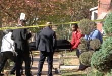 Víctima asesinada en su casa es sacado por el examinador médico