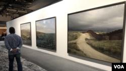 """La serie fotográfica """"Border Cantos"""" de Richard Misrach expuesta en el espacio """"Meridians"""" de Art Basel 2019 (Foto: Antoni Belchi)"""