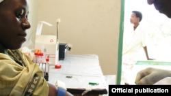 Una mujer se somete a una prueba de VIH en Mukono, Uganda. Banco Mundial / Arne Hoel