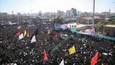 Photo of Miles lloran a Soleimani en Teherán