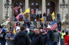 Manifestantes protestan en la escalinata del capitolio estatal de Michigan, en Lansing, la capital del estado, el miércoles 15 de abril de 2020.