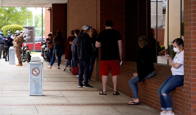 Senadores republicanos piden suspender visados a trabajadores temporales por un año 1