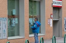 Un hombre lee los avisos en una oficina de empleo en Madrid, España, el martes 28 de abril de 2020.