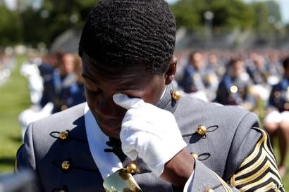 El presidente de la Clase 2020, Joshua Phillips, de Chicago, se limpia una lágrima durante un tributo musical en la ceremonia de graduación en West Point, New York.