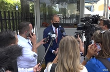 El congresista republicano Mario Díaz-Balart atendiendo a los medios de comunicación tras participar en una reunión con Donald Trump en la ciudad de Doral (Florida). [Foto: Antoni Belchi / VOA]