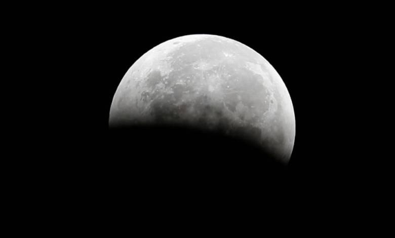 Confirman hallazgo de agua en la superficie de la Luna 1