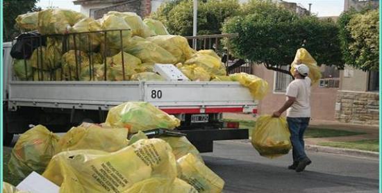 Pag.6 y 7_Cargando los camione con las bolsas