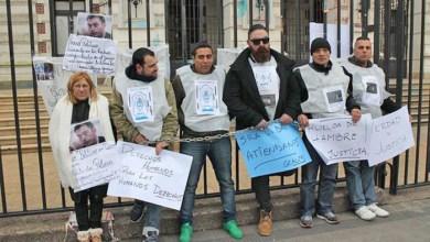 Photo of Caso Luciano Arruga:Familiar de policía condenado se encadenó en la Gobernación