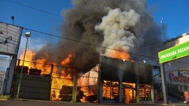 Photo of Neuquén: Impresionante incendio en una maderera