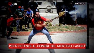 Photo of El hombre que atacó a policías con arma casera puede ser detenido