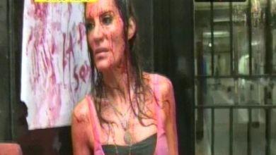 Photo of Pide Justicia: Natacha Jaitt,  bañada en sangre para denunciar a su ex pareja