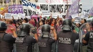 Photo of Tensión: Mujeres marchan en su día y la Policía intenta impedirlo