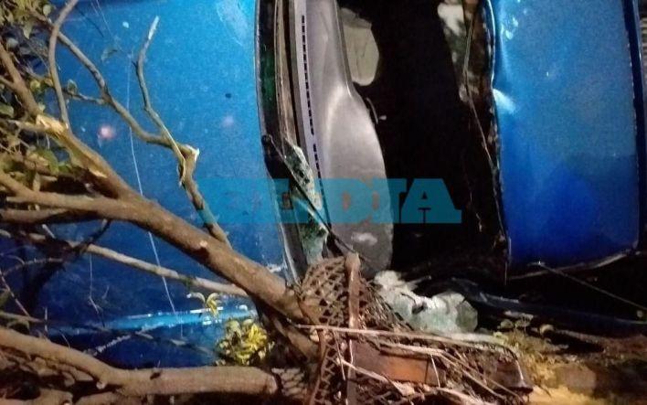 Al filo de otra tragedia vial en La Plata: chocó, volcó, lo tuvieron que rescatar y terminó internado