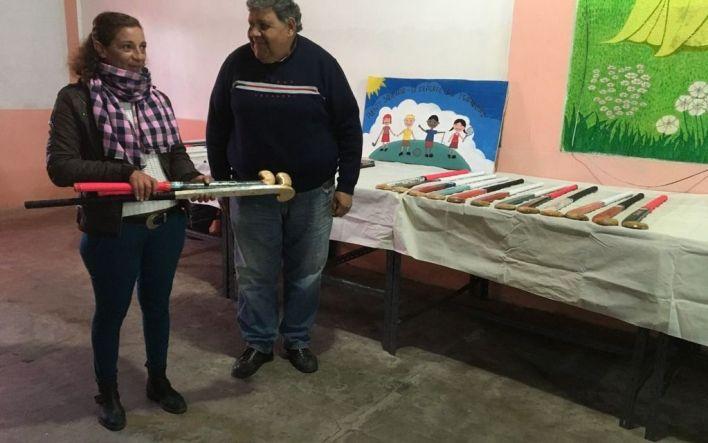 Internos de una cárcel de La Plata elaboraron palos de hockey para dos clubes