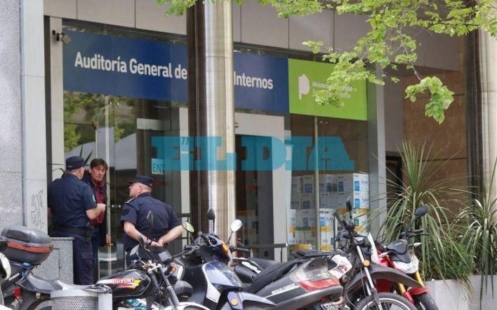 Allanan la sede de Asuntos Internos en La Plata tras denuncia de un ex comisario