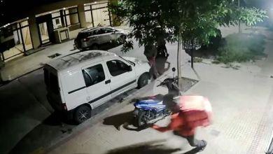 Photo of Inseguridad en La Plata: Le quisieron robar la moto, no les arrancó y la tiraron al piso