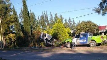 Choque, vuelco y una menor muerta en La Plata: el auto era robado