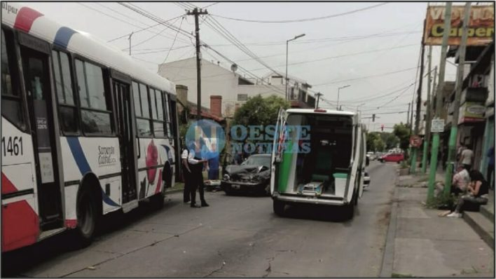 pánico, gritos y corridas en un colectivo tras fuerte choque contra dos autos