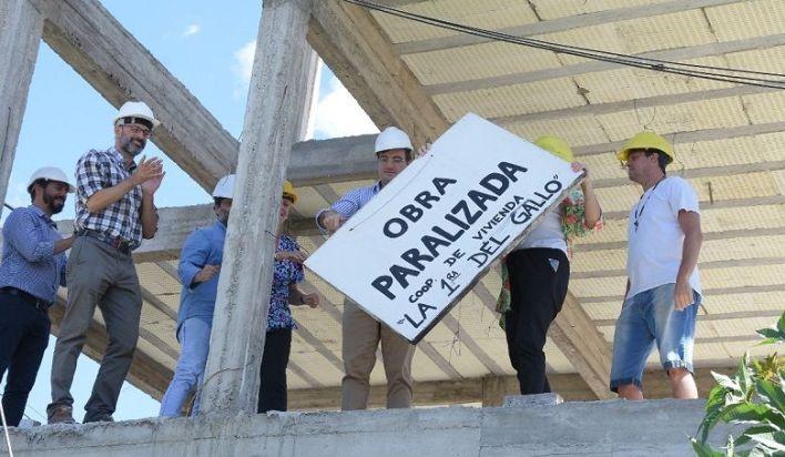 Lucas Ghi visitó obras de viviendas que habían sido paralizadas