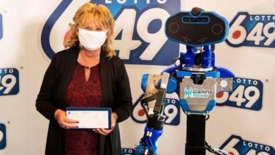 Photo of Soluciones insólitas para mantener la distancia social: premios entregados por robots