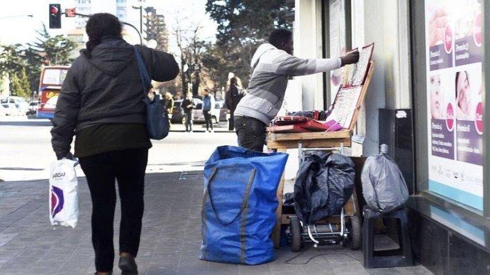 La Plata: impulsan una denuncia para determinar si hay una red de trata detrás de los manteros senegaleses
