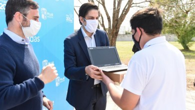 Photo of Trotta visitó Pilar para realizar una nueva entrega de computadoras a estudiantes