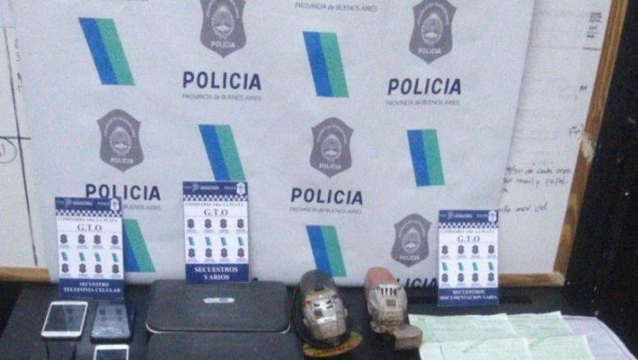 En operativo policial por desguace de autos en La Plata y Castelli detienen a tres personas y secuestran granadas