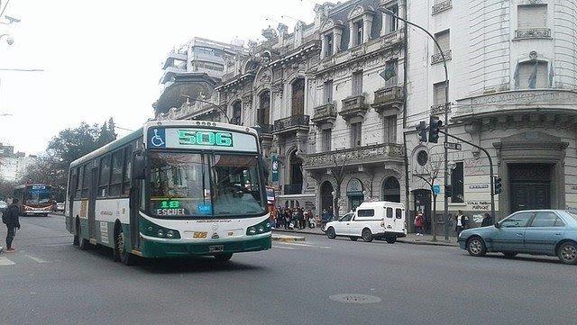 Golpean a dos choferes de colectivo en La Plata para robarles y las líneas harán paro