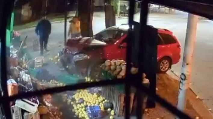 Morón: perdió el control del auto y atropelló a una mujer