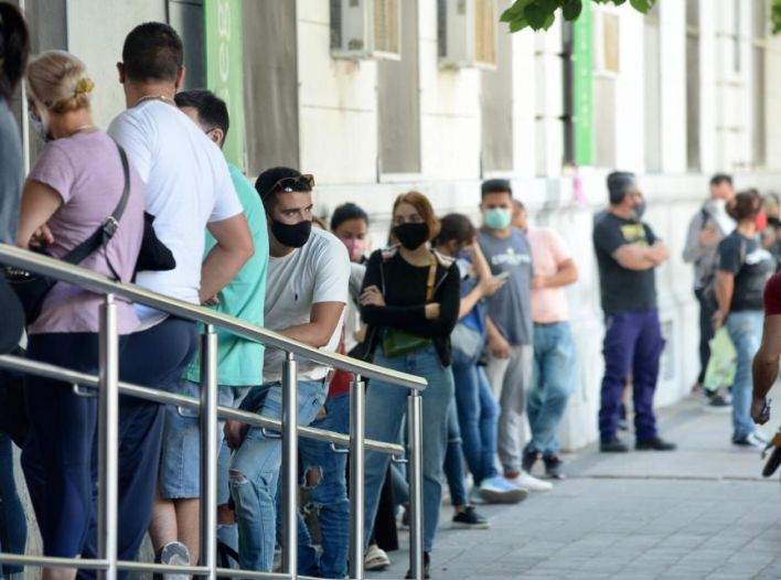 Larga fila y demora de más de una hora para hisoparse en un hospital de La Plata