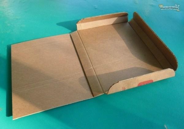 Cómo hacer una carpeta de cartón reciclado procedimiento 1