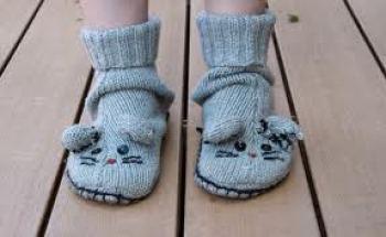 Pantuflas de niños hechas con un suéter