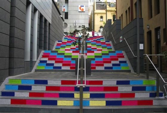Tejido callejero en una escalera colores y alegría en la ciudad