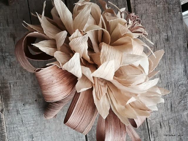 Flores con hojas de maíz modelo color natural