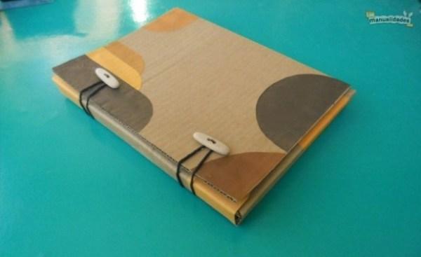 Cómo hacer una carpeta de cartón reciclado