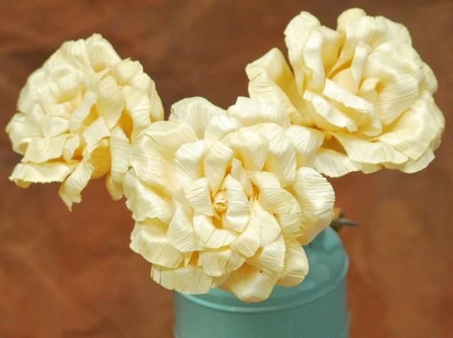 Flores con hojas de maíz modelo amarillo