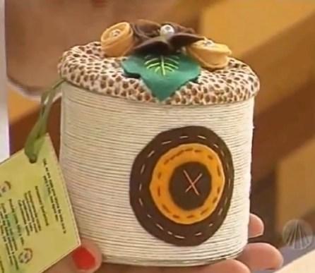 Ideas para reciclar latas, recipiente organizador hecho con hilo, fieltro y masa para manualidades de colores