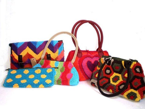 Bolsos de tela reciclada con la técnica tapiz